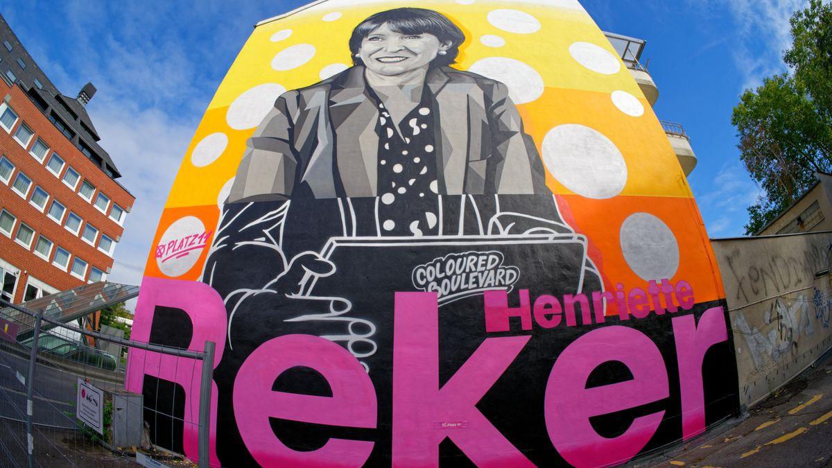 Ein großes Porträt der Oberbürgermeisterin von Köln, Henriette Reker, als Wahlwerbung an einer Fassade in der Kölner Südstadt. Reker wurde wiedergewählt.