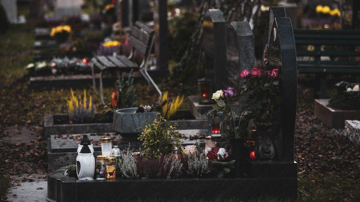 Gräber mit Grabschmuck auf einem Friedhof