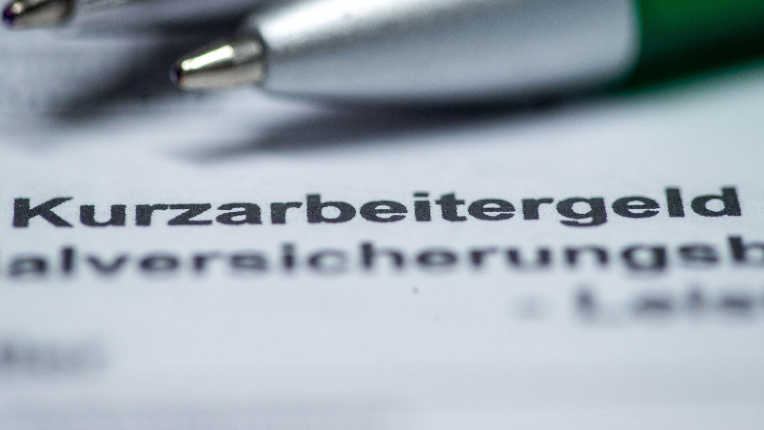 Kugelschreiber liegen auf einem Antragsformular für Kurzarbeitergeld.