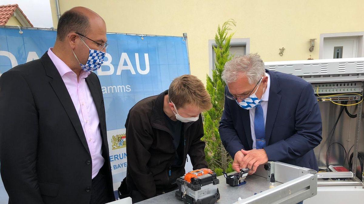Heimat- und Finanzminister Albert Füracker und Berchings 1. Bürgermeister Ludwig Eisenreich nehmen das Gigabit-Netz in Betrieb