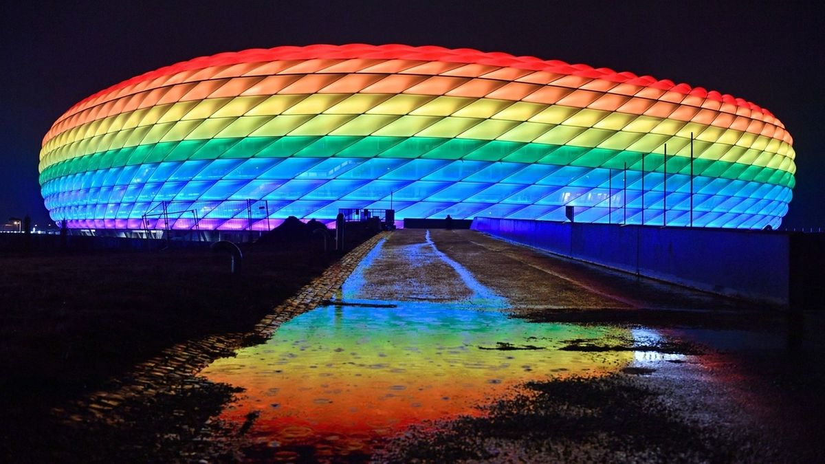 Allianz-Arena in Regenbogenfarben