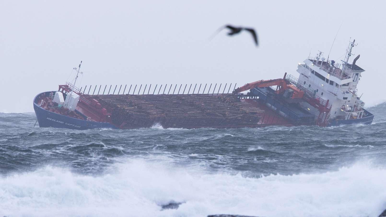 """Der havarierte Frachter """"Hagland Captain"""" am Sonntag vor der norwegischen Küste."""