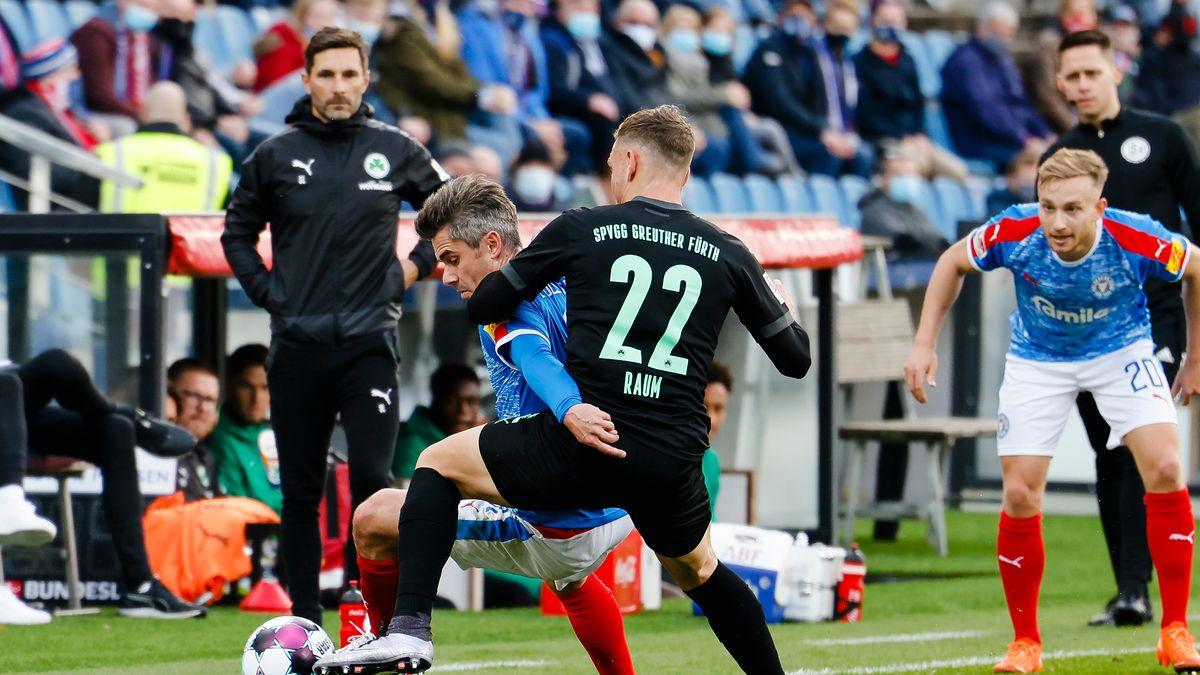 Zweikampf zwischen einem Spieler von Greuther Fürth und einem Kieler.