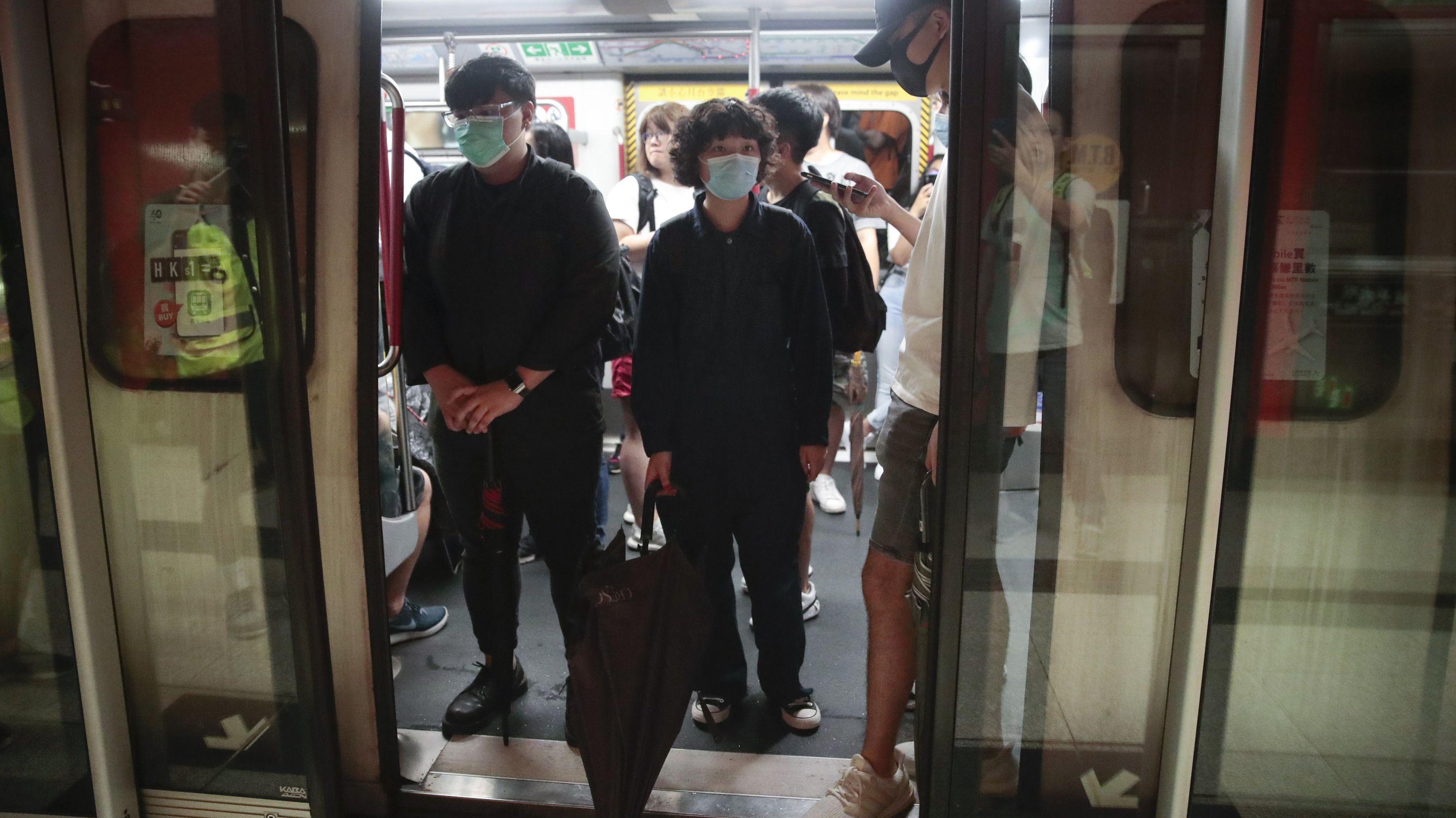 Hongkong: Demonstranten mit Masken besetzen einen Zug in einer U-Bahn-Station