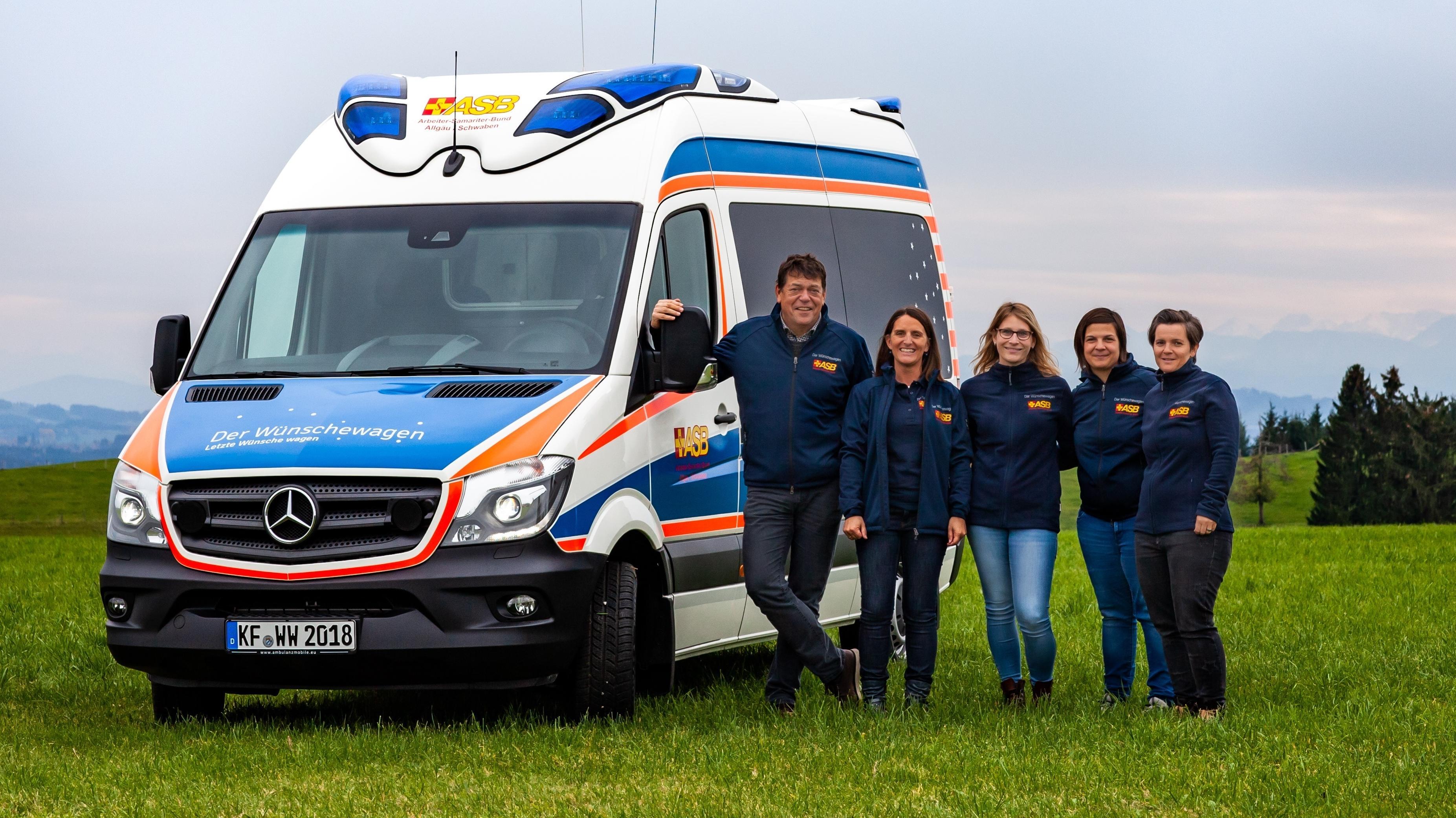 Der umgebaute Krankentransporter mit Helfern