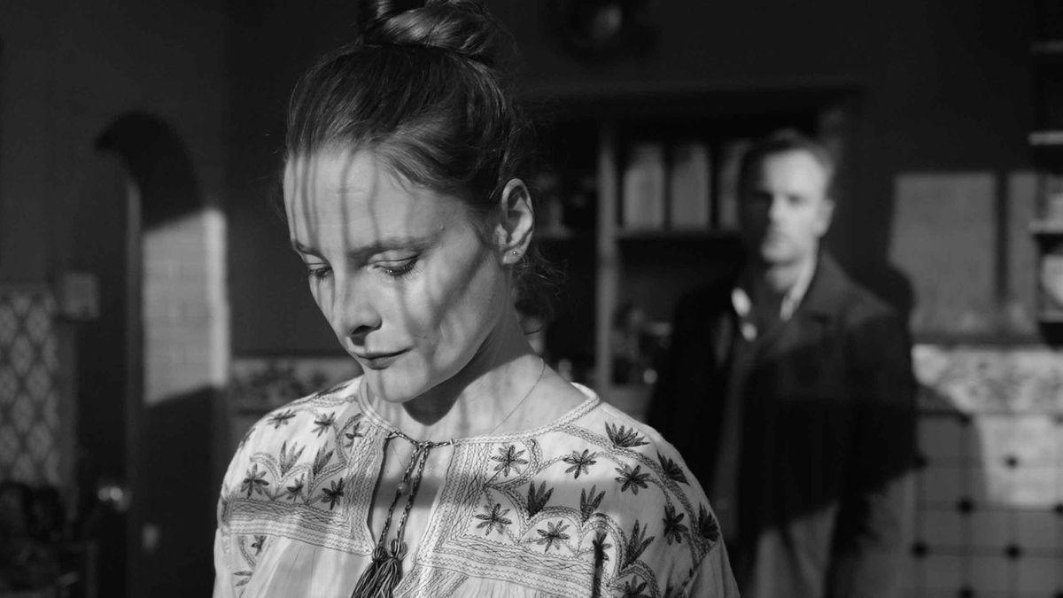 Filmszene mit Anne Ratte-Polle als Mutter Anna und Vater Mark Waschke im Hintergrund
