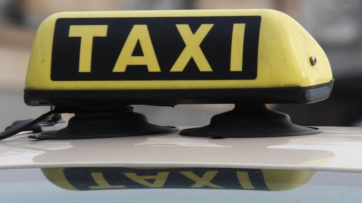 Taxi-Schild auf Taxi-Dach
