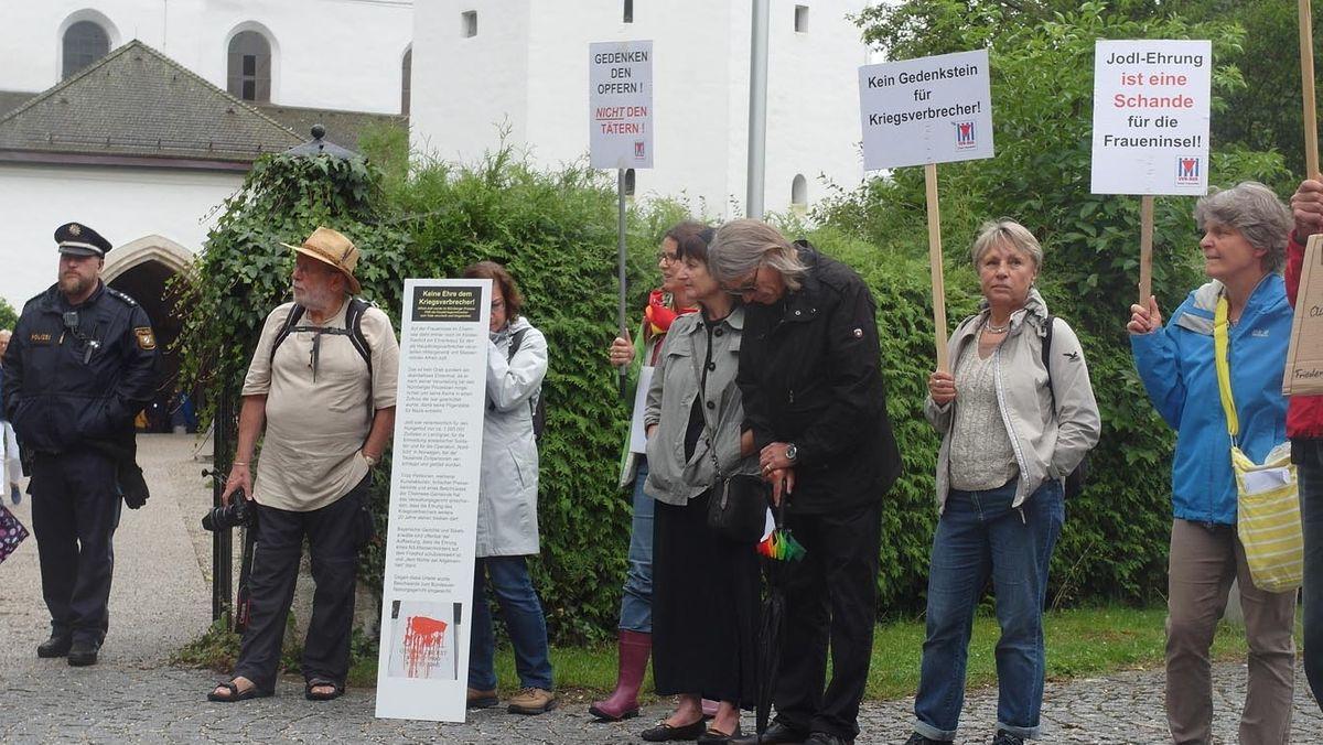 Demonstration im Sommer 2019 gegen den Erhalt des Jodl-Gedenkkreuzes auf der Insel Frauenwörth im Chiemsee.