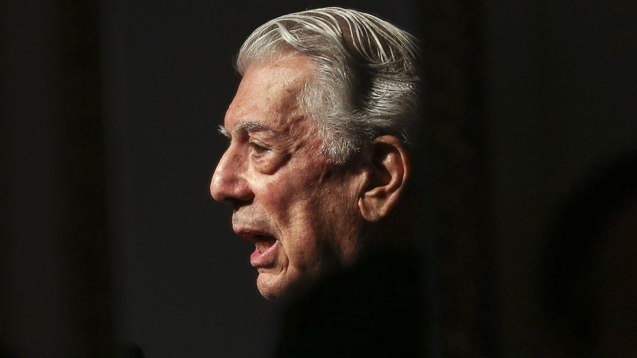 Mario Vargas Llosa im Profil vor schwarzem Hintergrund