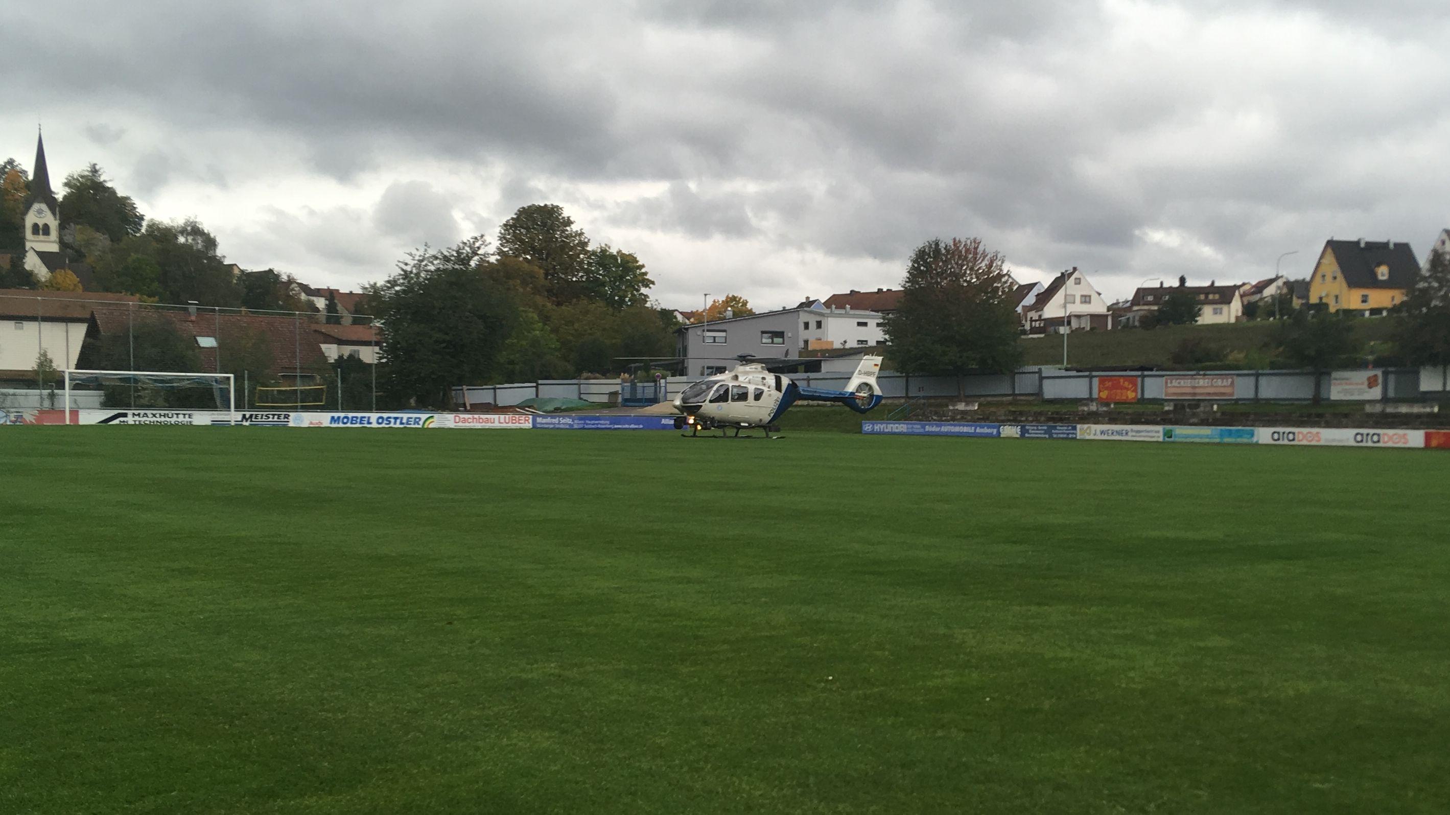 Ein Hubschrauber der Polizei steht auf einem Sportplatz