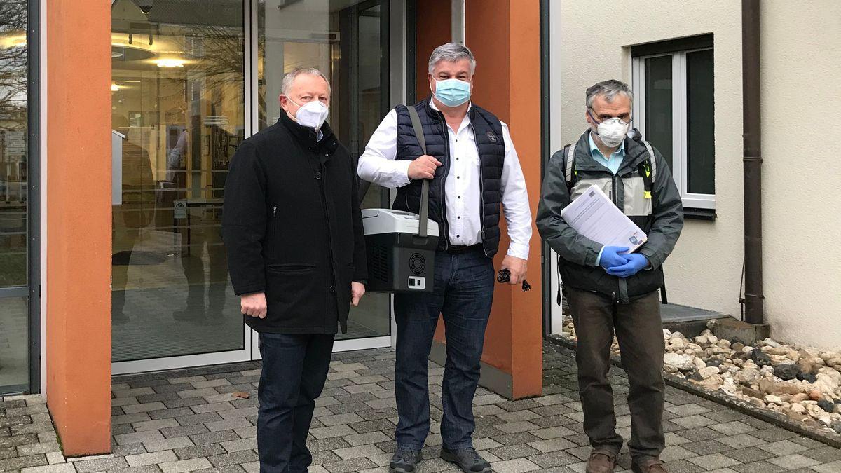 Bad Kissingens Landrat Thomas Bold, Hans-Jürgen Bühner (Landratsamt) und Ralph Brath (ärztlicher Leiter des Impfzentrums) stehen vor einem Seniorenheim.