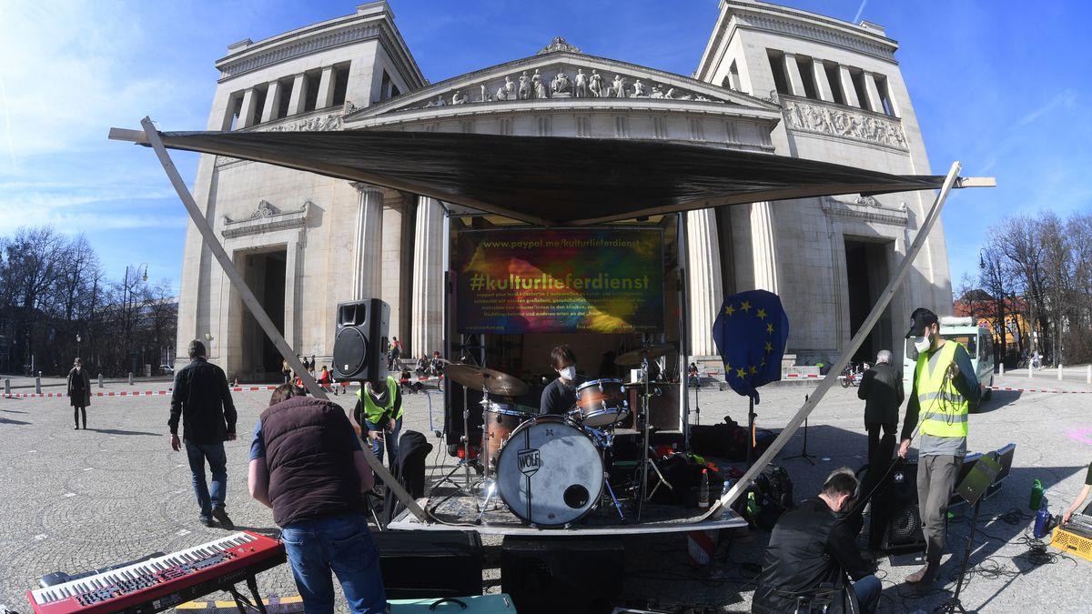 Nach einer Open Air-Versammlung für die Rettung der Münchner Kunst und Kultur auf dem Königsplatz