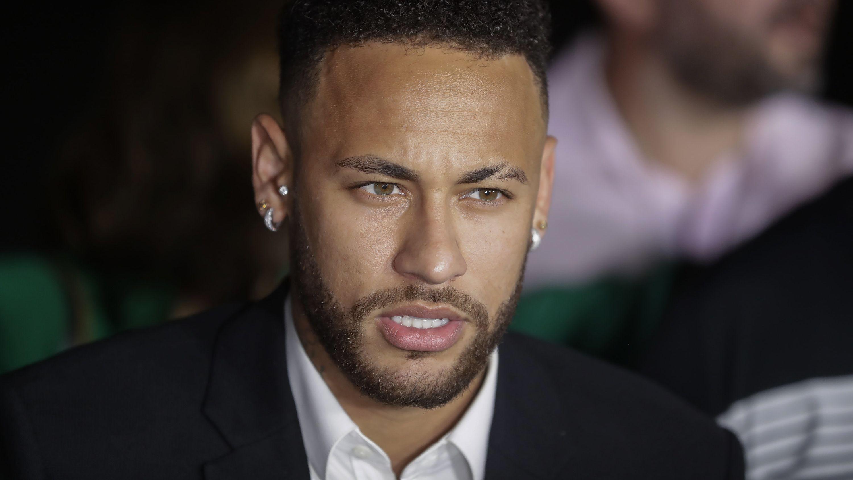 Der brasilianische Fußballspieler Neymar bei Verlassen einer Polizeistation.