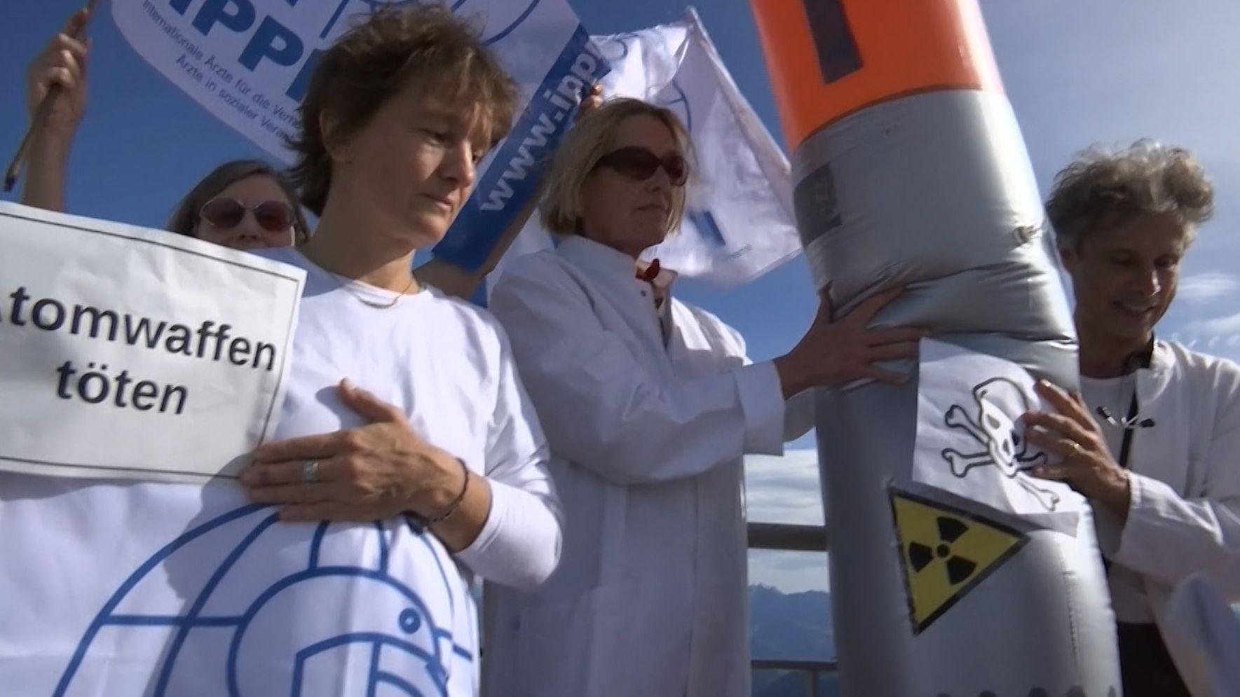Ärzte mit Raketenatrappe am Wendelstein