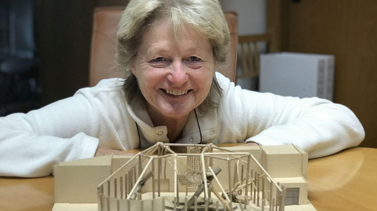 Zoochefin Barbara Jantschke vor dem Modell für das neue Schimpansen-Gehege