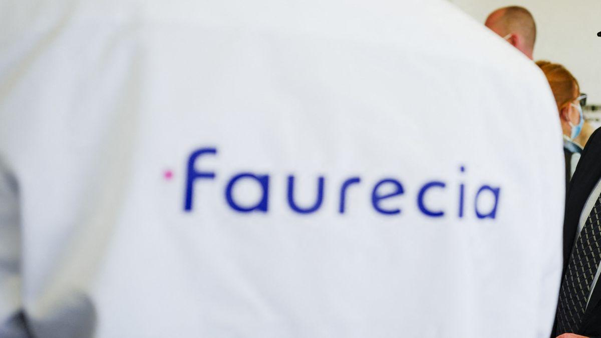 Auf einem Kittel steht Faurecia (Symbolbild)
