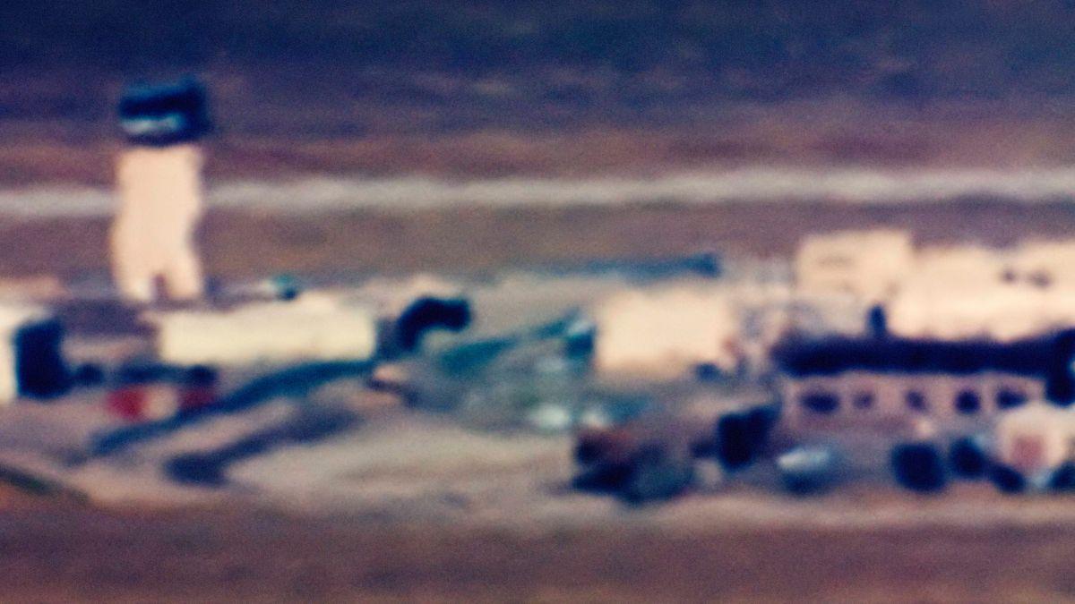 Verschwommenes Foto eines Kontrollturms in der Wüste: Trevor Paglen, Control Tower (Area 52)