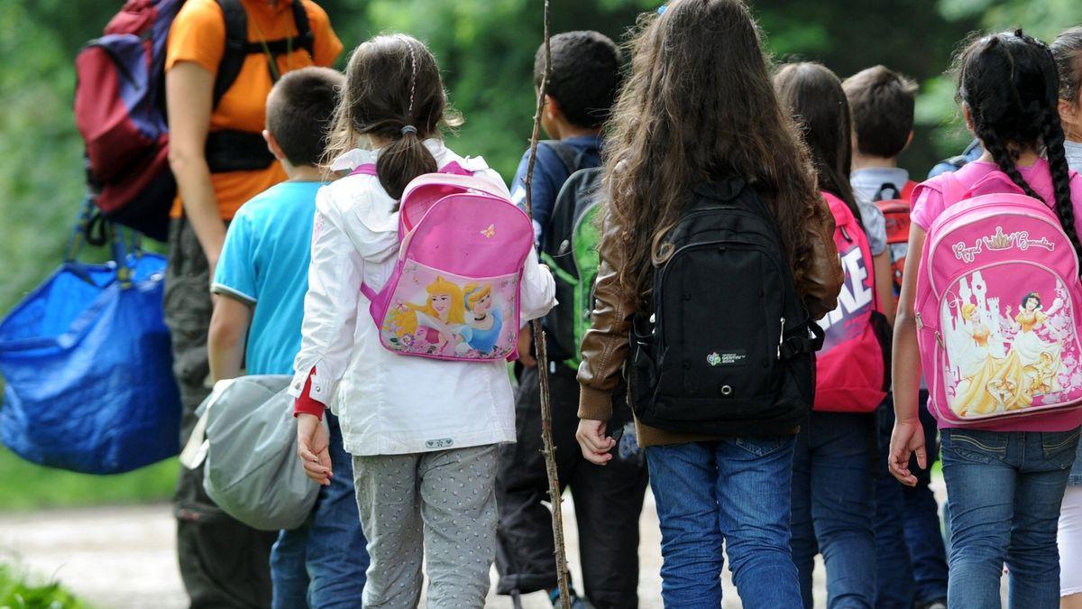 Schulkinder auf dem Weg in den Wald