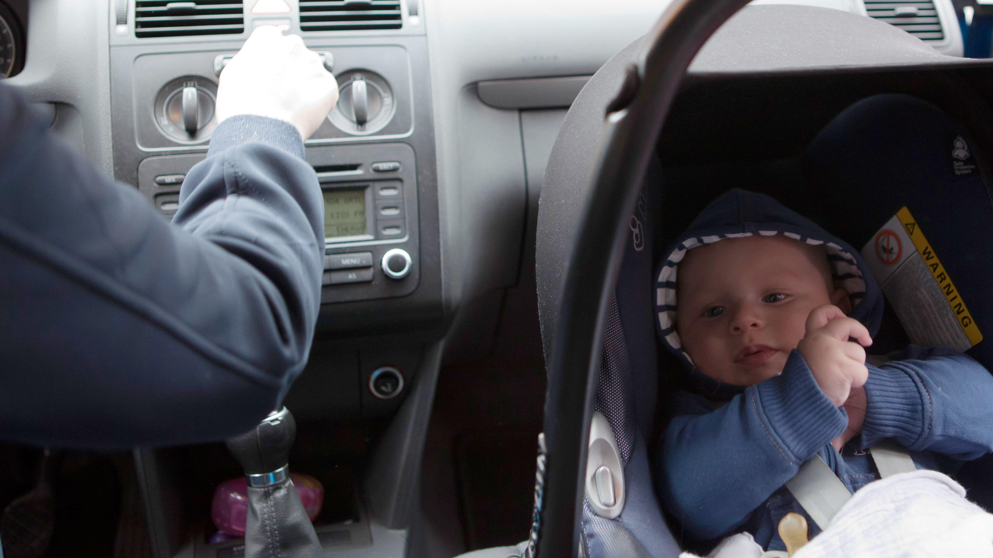Symbolbild: Baby in Babyschale im Auto