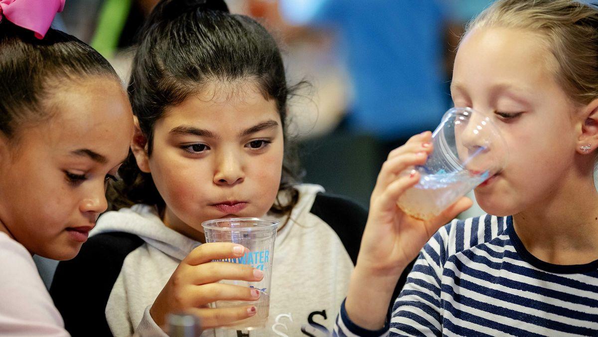 Experten raten: Kinder sollten mehr Wasser trinken - auch um Übergewicht vorzubeugen.