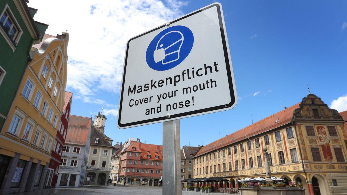Schild mit Hinweis auf Maskenpflicht in Memmingen