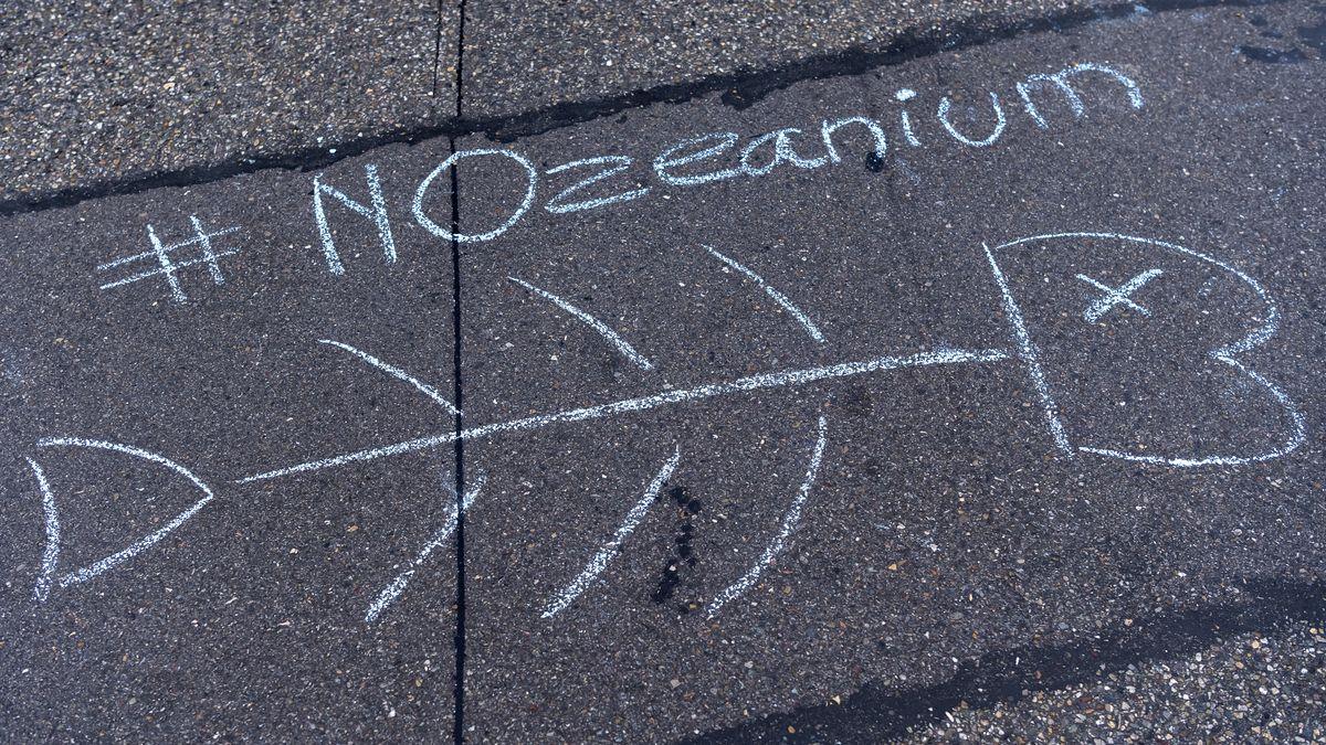 Demonstranten protestieren mit Kreidezeichnungen bei einer Kundgebung gegen das Projekt Ozeanium in Basel.