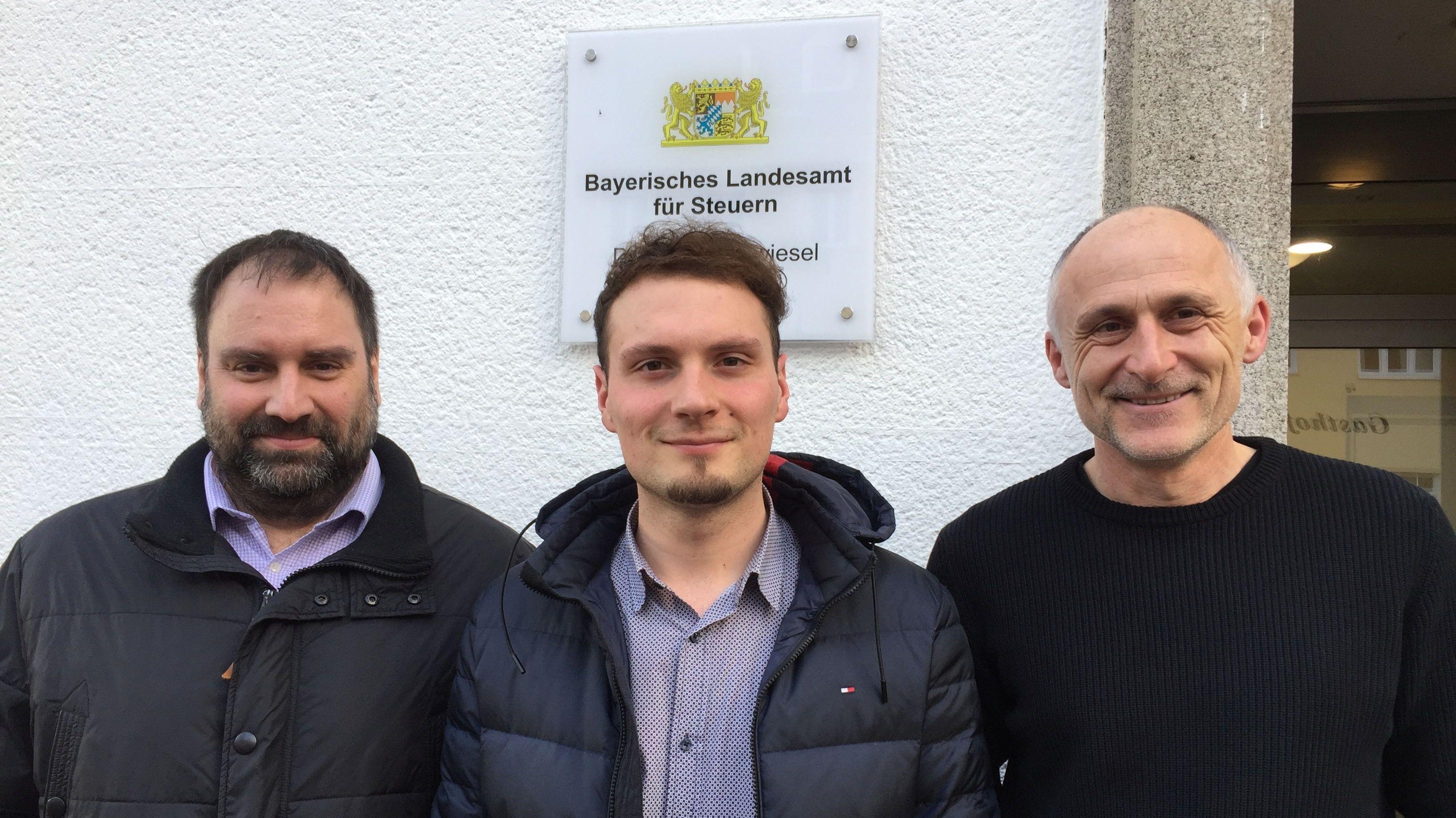Das Bild zeigt die Mitarbeiter Marcus Heidrich, 43, Thomas Joachimsthaler, 27, Herbert Erras, 54, vor dem Bayerischen Landesamt für Steuern am Stadtplatz von Zwiesel.