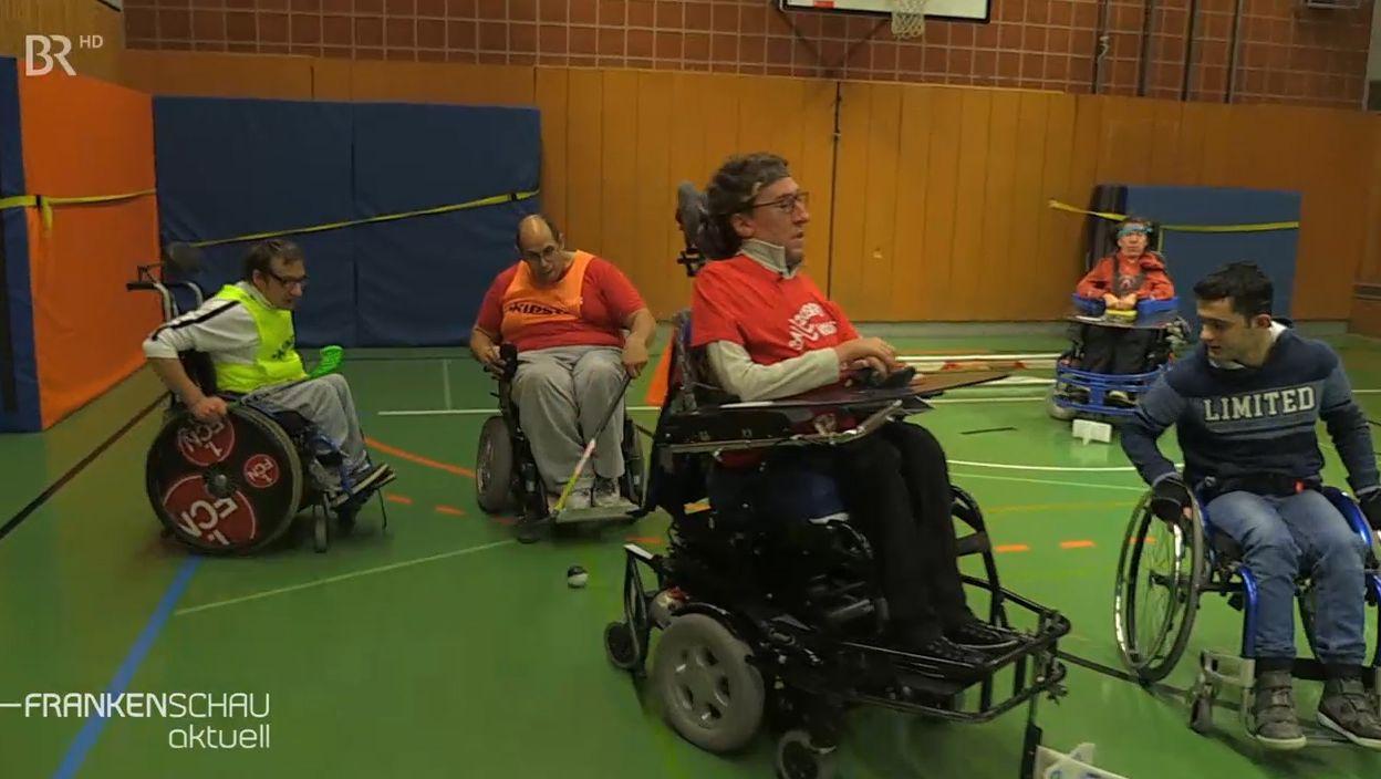"""Die Würzburger """"Ball Busters"""" spielen Elektro-Rollstuhl-Hockey."""