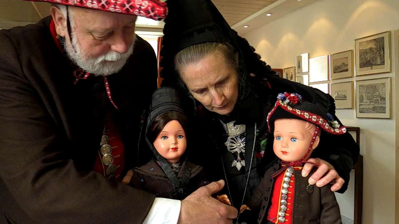 Vorbereitung der Puppenausstellung im Heimatmuseum Neunhof