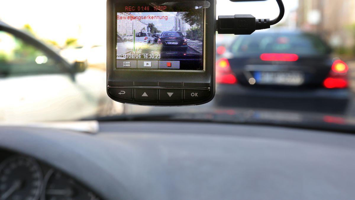 Dashcam an einer PKW-Windschutzscheibe
