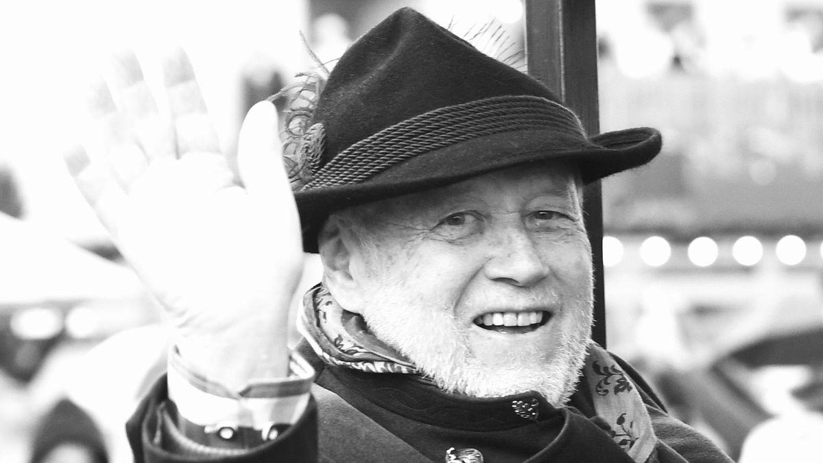 Joseph Vilsmaier sitzt im September 2017 winkend in einer Kutsche