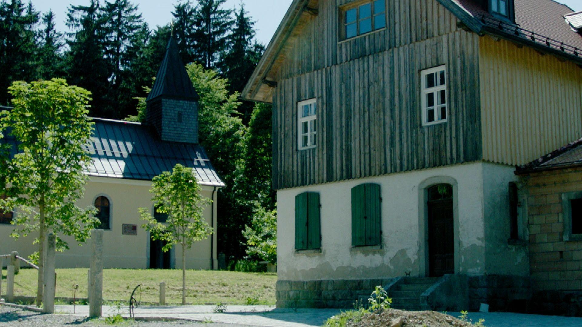 Die Kirche und das Schulhaus in dem leerstehenden Dorf Leopoldsreut im niederbayerischen Landkreis Freyung-Grafenau.