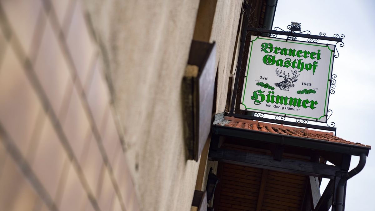 """""""Brauerei-Gasthof Hümmer"""" steht auf einem Schild an einem Gebäude."""