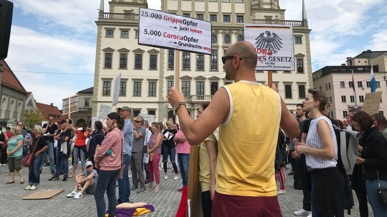 Hier fand die Demo gegen die Corona-Auflagen auf dem Augsburger Rathausplatz statt. Künftig müssen die Demonstranten auf den Plärrer ausweichen.