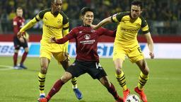 Der Nürnberger Yuya Kubo (M) kämpft mit den Dortmundern Abdou Diallo (l) und Thomas Delaney um den Ball.    Bild:dpa-Bildfunk/Daniel Karmann