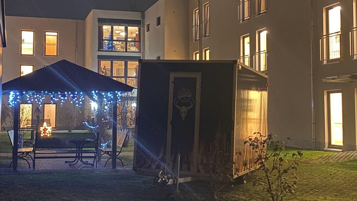 Ein Foodtruck neben einem weihnachtlich beleuchtetem Pavillon im Innenhof des Seniorenzentrums.