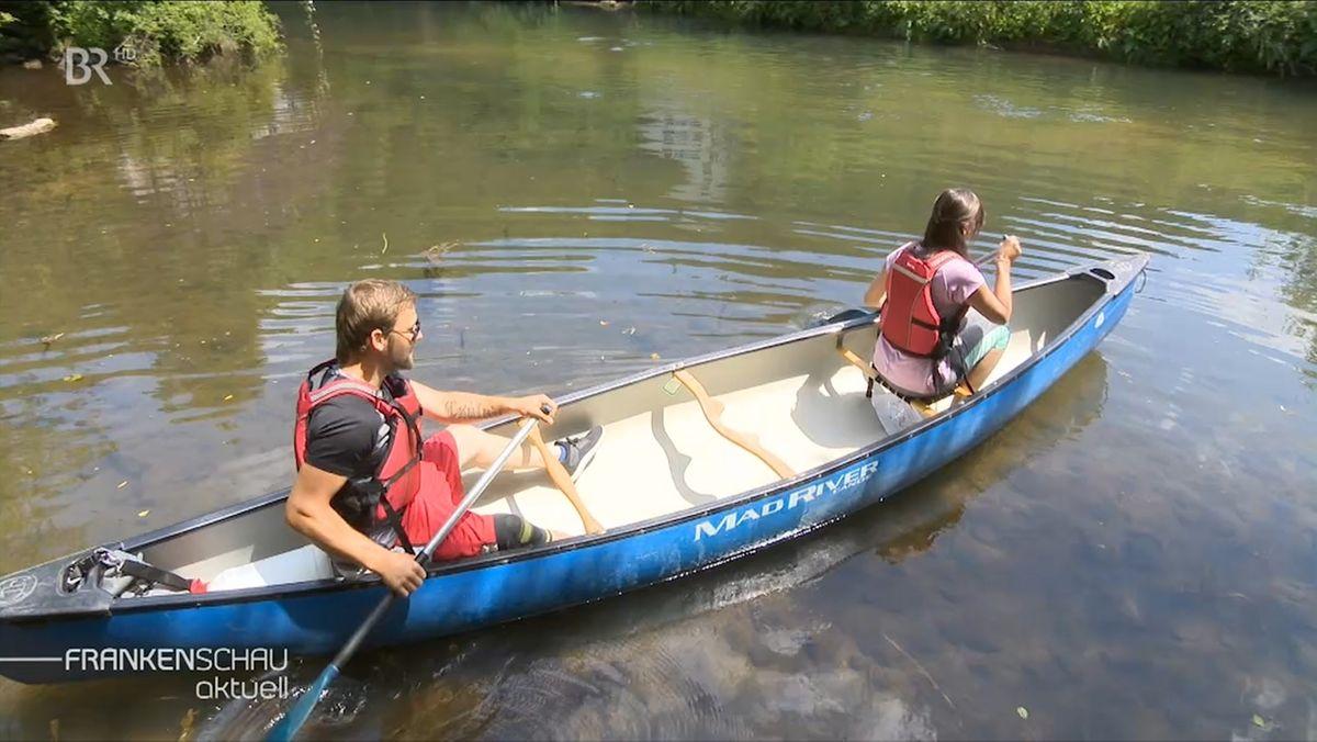 Zwei Menschen in einem Kanu auf der Pegnitz