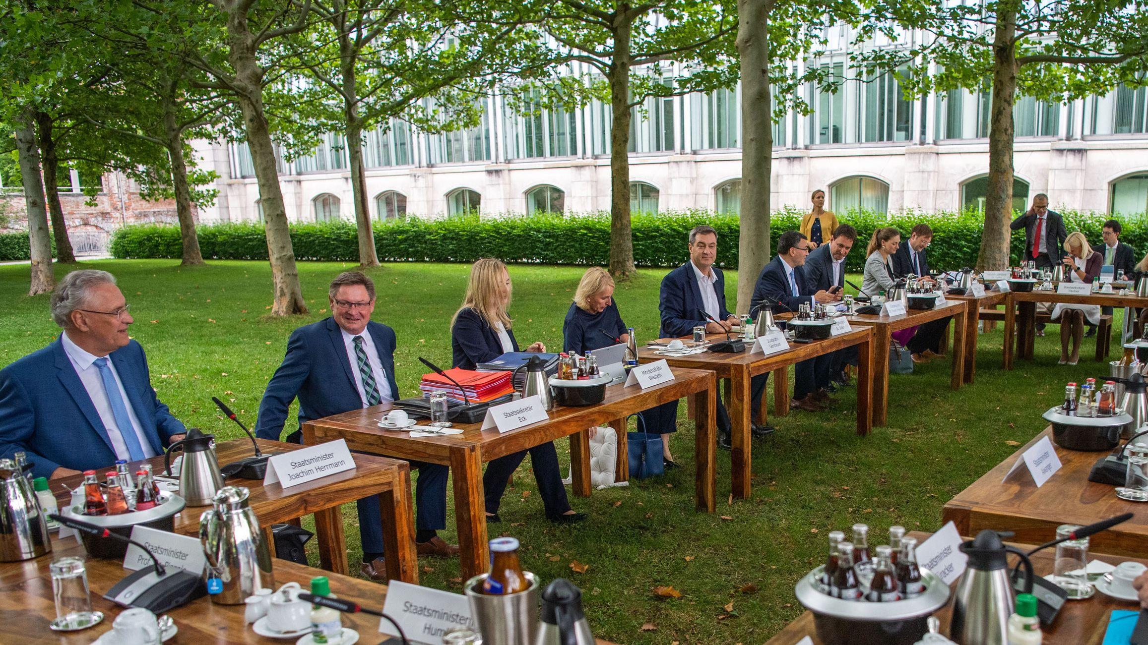 Kabinettssitzung mal anders: Bayerns Ministerinnen und Minister tagen am 30. Juli 2019 im Hofgarten vor der Staatskanzlei.