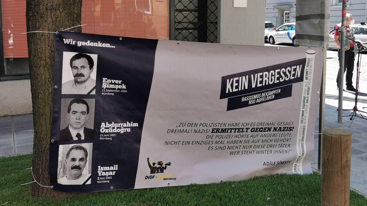 Ein Banner mit den Porträt-Fotos von Abdurrahim Özüdoğru, Ismail Yaşar oder Enver Şimşek