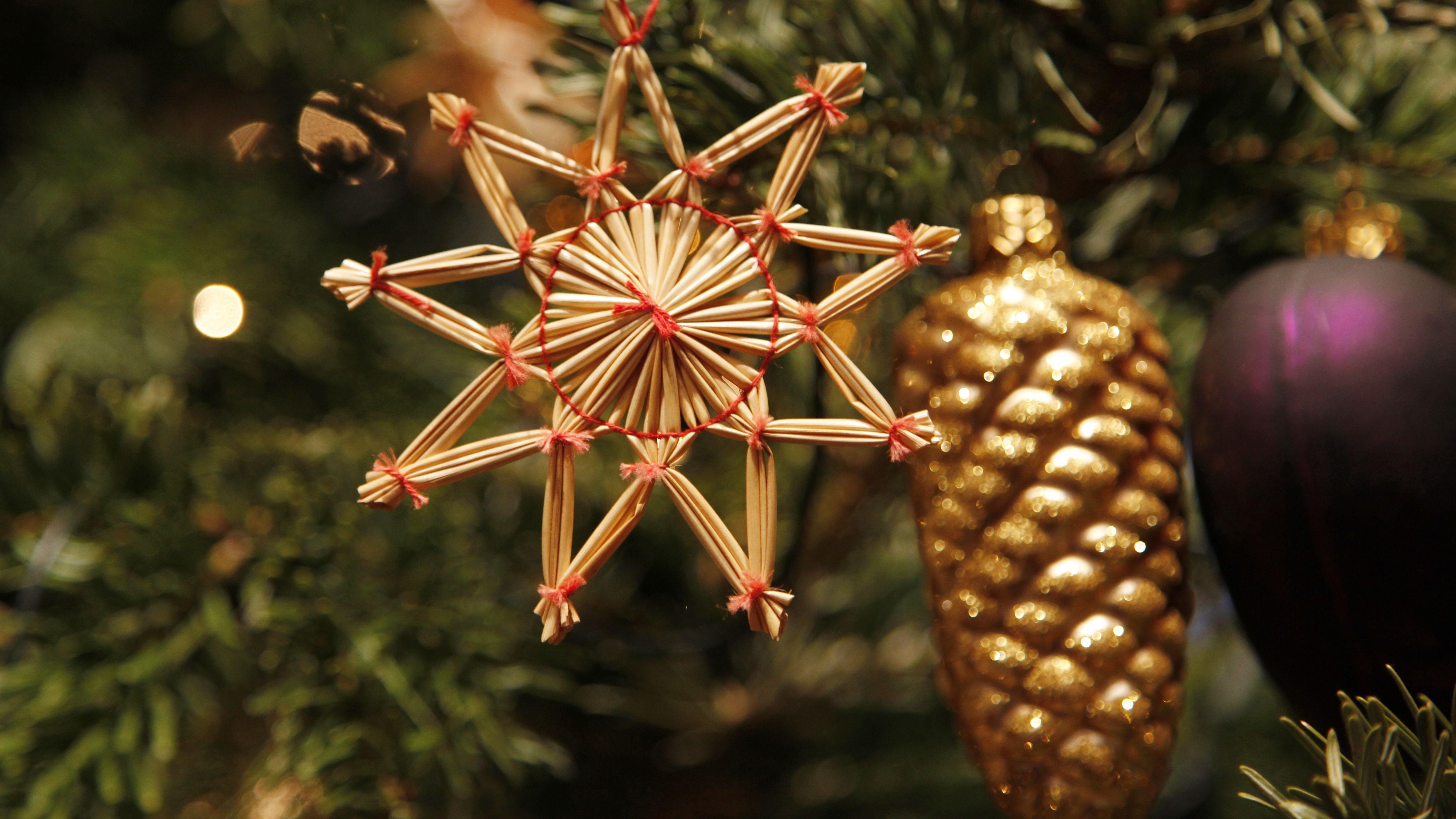Strohstern am Weihnachtsbaum