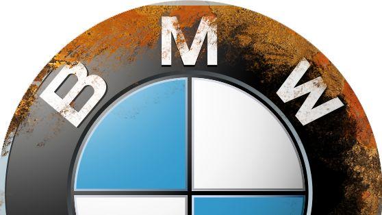 Symbolbild: Ein angerostetes BMW-Schild