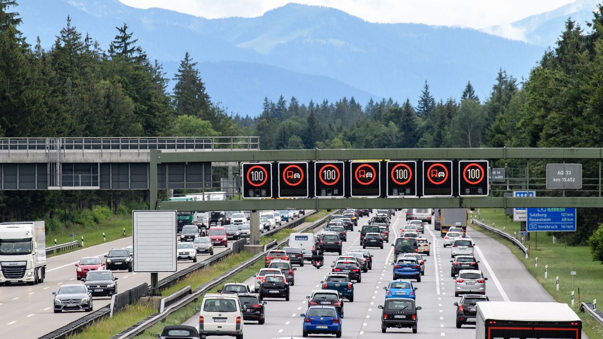 Dichter Verkehr auf der A8 (Archivbild)