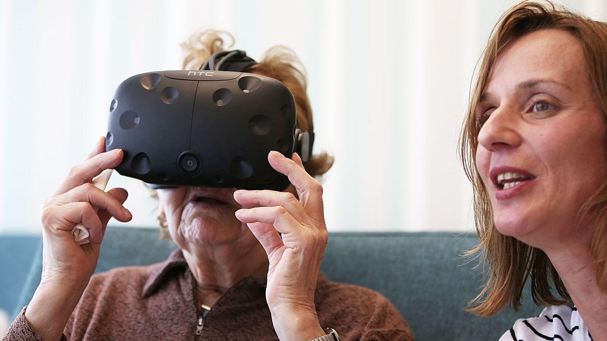 Eine Seniorin mit VR-Brille (Symbolbild)