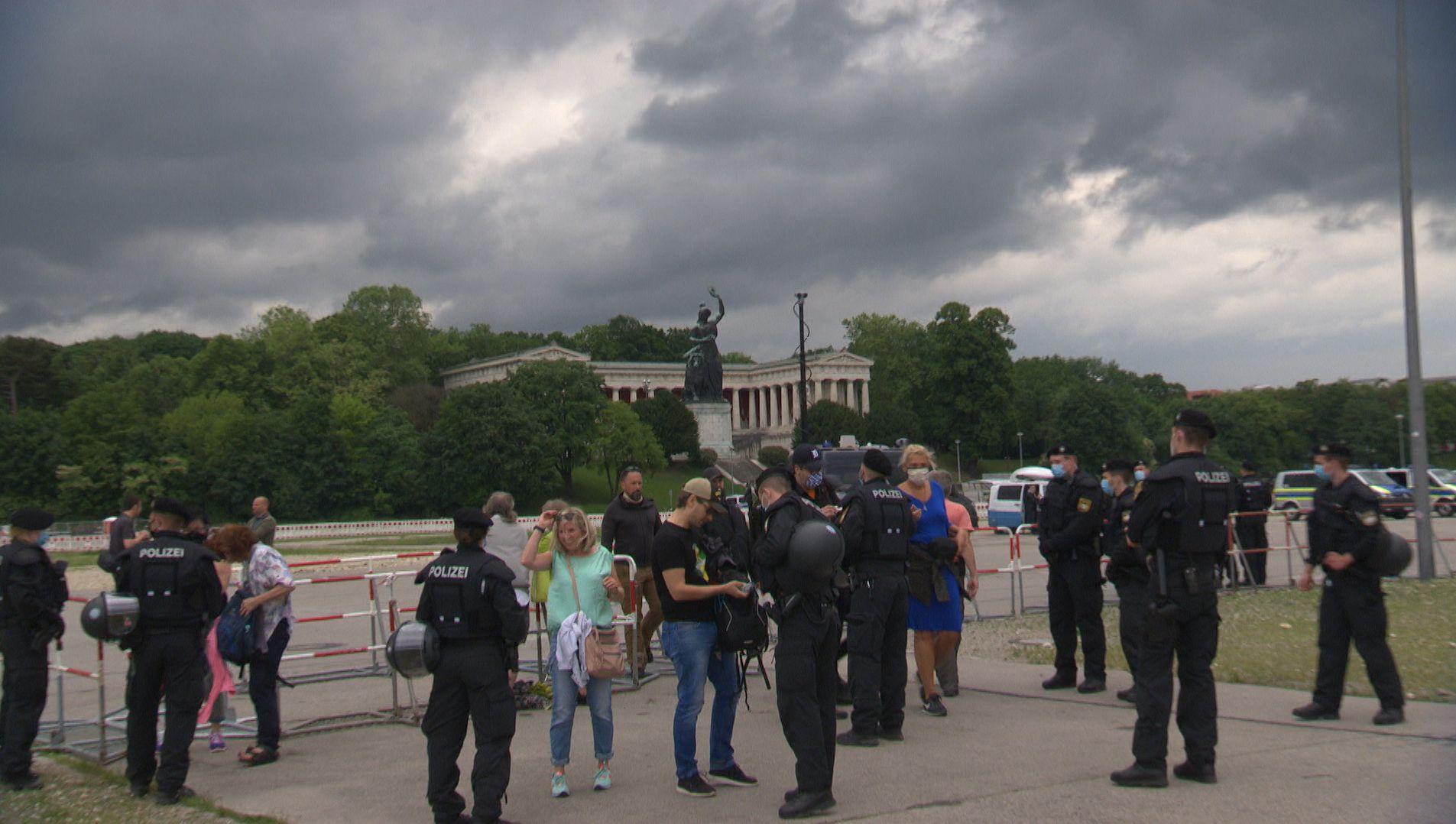 Polizisten und Demonstranten