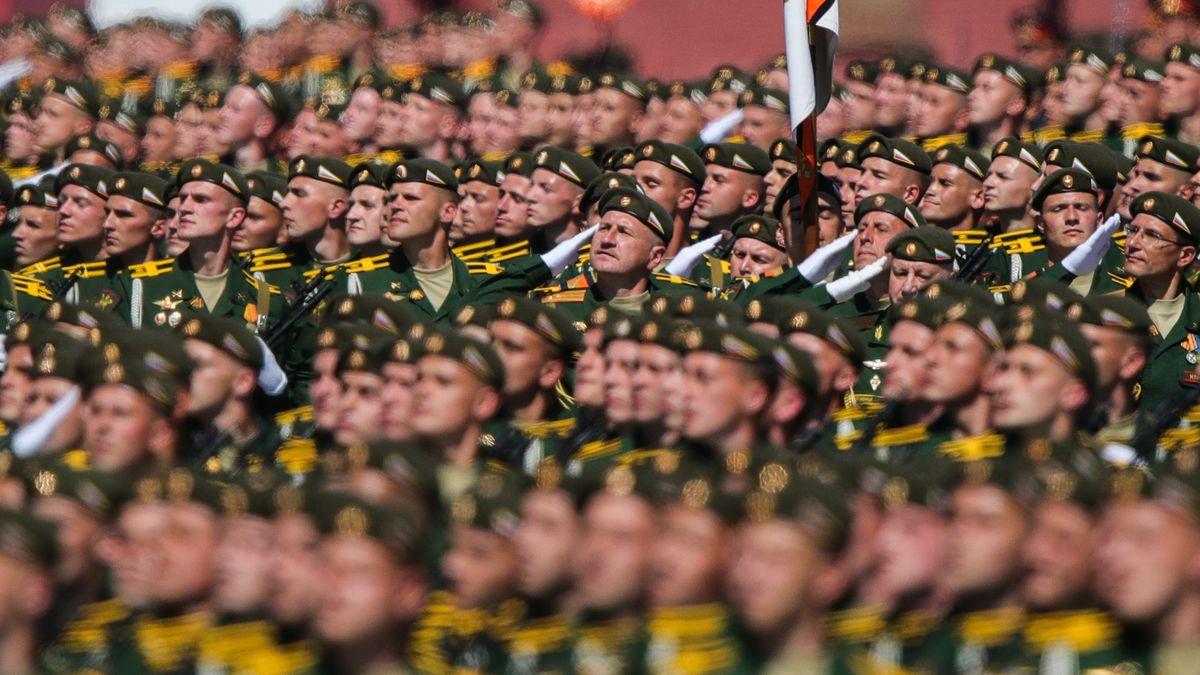 14.000 Soldaten - ohne Maske marschieren über den Roten Platz in Moskau um dem Ende des Zweiten Weltkriegs zu gedenken.