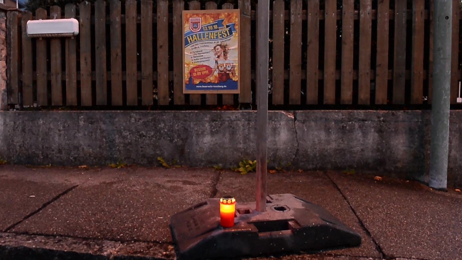 Eine Kerze am Unfallort in Trostberg, an dem ein achtjähriges Mädchen von einem Feuerwehrauto tödlich verletzt wurde.