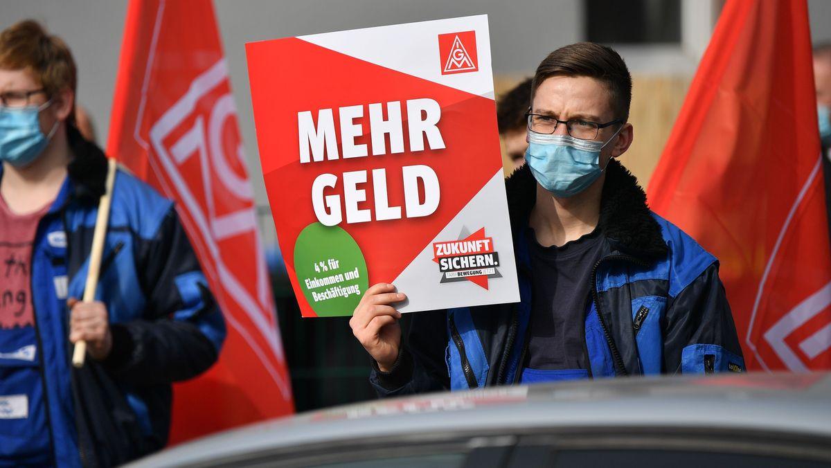 """""""Mehr Geld"""" fordern Beschäftigte der Metall- und Elektroindustrie bei einem Warnstreik der IG Metall"""
