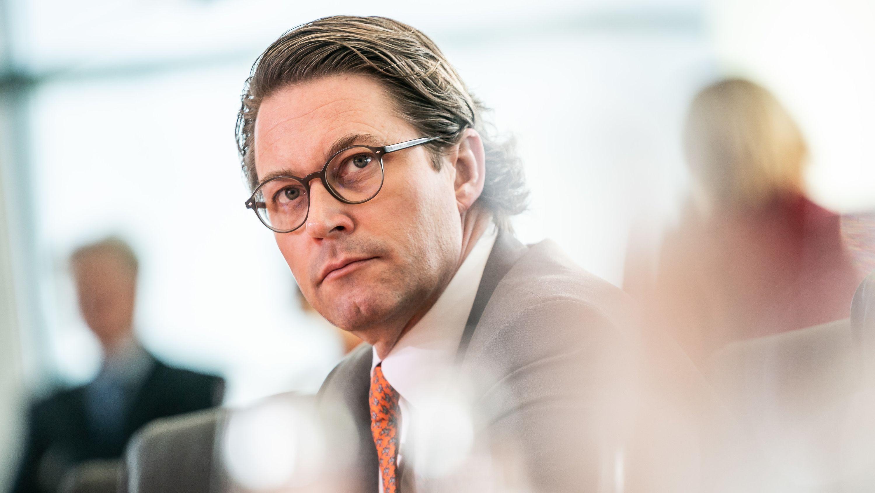 Andreas Scheuer (CSU), Bundesminister für Verkehr und digitale Infrastruktur, wartet auf den Beginn der Sitzung des Bundeskabinetts im Kanzleramt.