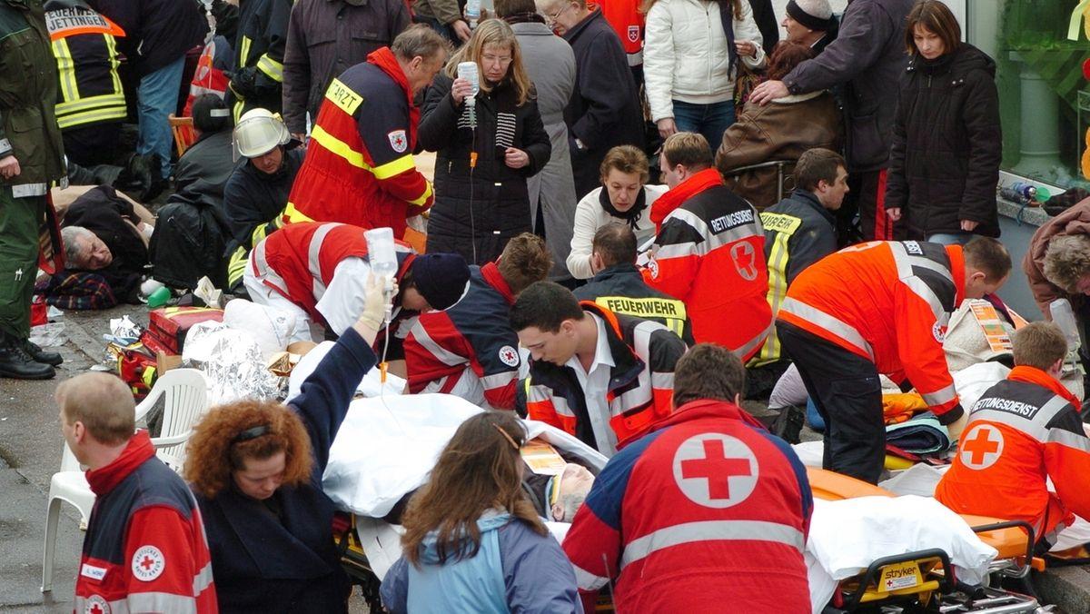 Sanitäter behandeln verletzte Menschen auf der Straße