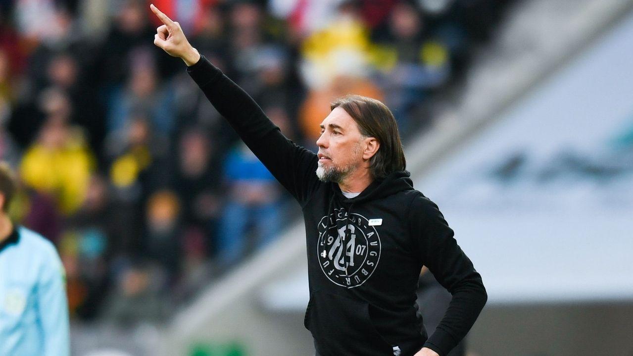 Augsburgs Trainer Martin Schmidt gestikuliert.